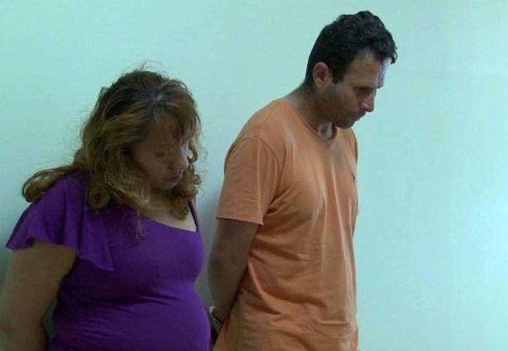 Este jueves, Ricardo Navarro Allende de 42 años y su esposa Lorena Isela Cortinas, de 24, fueron presentados ante un juez (CNNEspañol).
