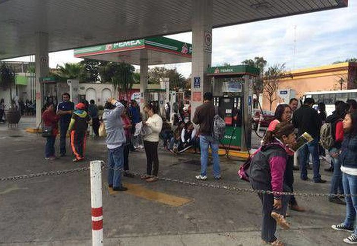 A los bloqueos en gasolineras y en una terminal camionera, los inconformes de la CNTE en Oaxaca también afectaron vuelos de llegada y salida en Oaxaca. (Milenio)