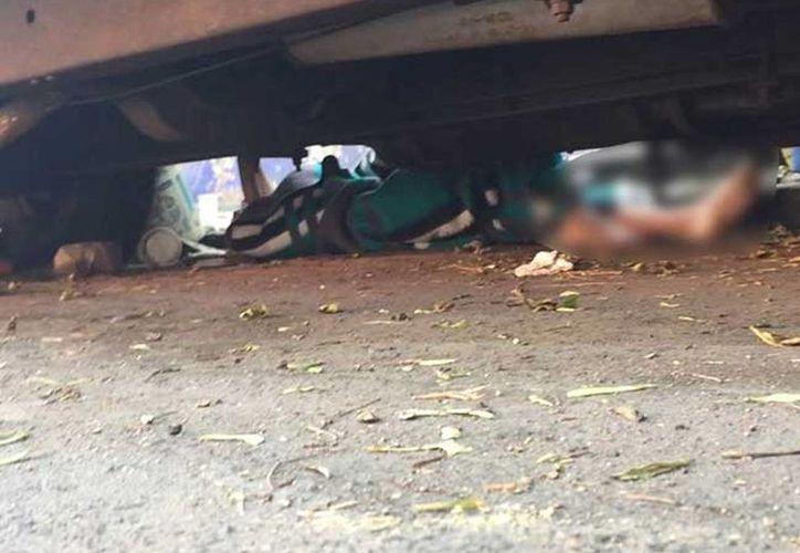 Los vecinos del lugar se percataron de que debajo del vehículo abandonado se encontraba el cadáver de un niño de alrededor de 12 años. (Jorge González/Excelsior)