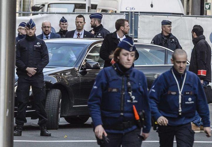 El primer ministro belga, Charles Michel (3i) visita el lugar del atentado terrorista en la parada de metro de Maelbeek en Bruselas, Bélgica. (EFE)