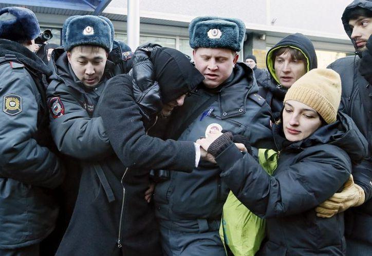 Agentes de policía detienen a un manifestante durante una protesta en favor de los derechos de los homosexuales. (EFE)