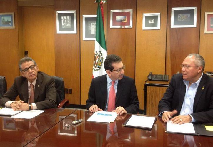El secretario Estatal de Saludo expresó su reconocimiento y agradecimiento a los representantes de los servicios de salud de Pemex. (Cortesía/SIPSE)