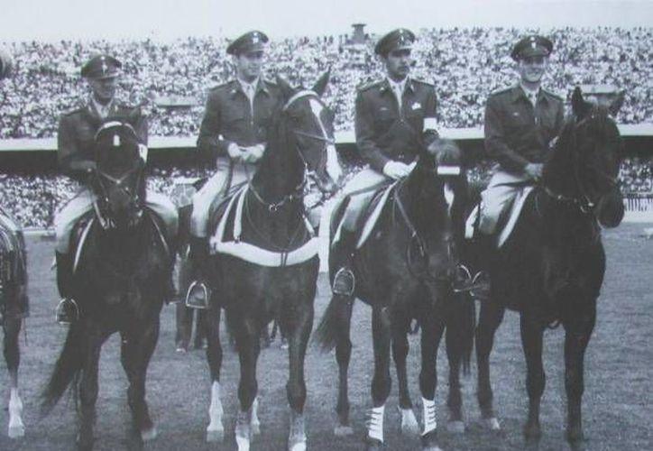 Alberto Valdez Ramos (tercero de izq. a der.) junto con el equipo mexicano que ganó medalla de oro en Londres 1948. (deportesar.terra.com.ar)