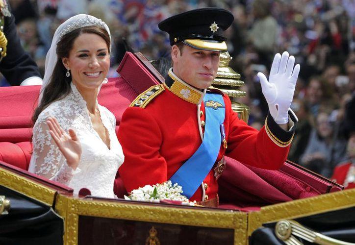 Los duques de Cambridge al abandonar Westminster Abbey, en Londres, poco después de su boda. (Agencias)