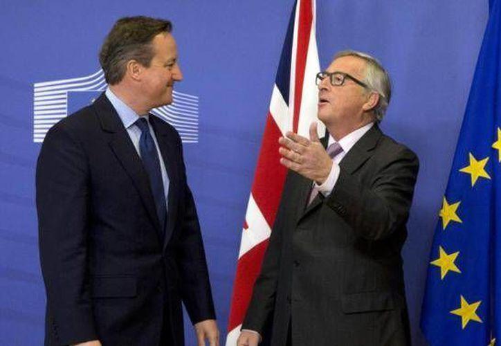 El primer ministro de Reino Unido, David Cameron, y el titular de la Comisión Europea, Jean-Claude Juncker, durante una reunión en la sede de la UE localizada en Bruselas. (Archivo AP)