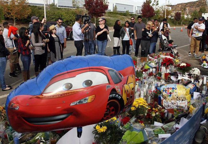 Admiradores del protagonista de Rápido y Furioso dejaron en el lugar del accidente flores y recuerdos de películas sobre carreras de autos que lo lanzaron a la fama. (Agencias)