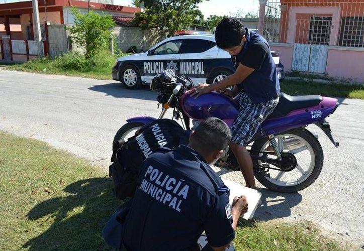 Elementos de la Policía Municipal Preventiva realizan revisiones a los motociclistas. (Juan Carlos Gómez/SIPSE)