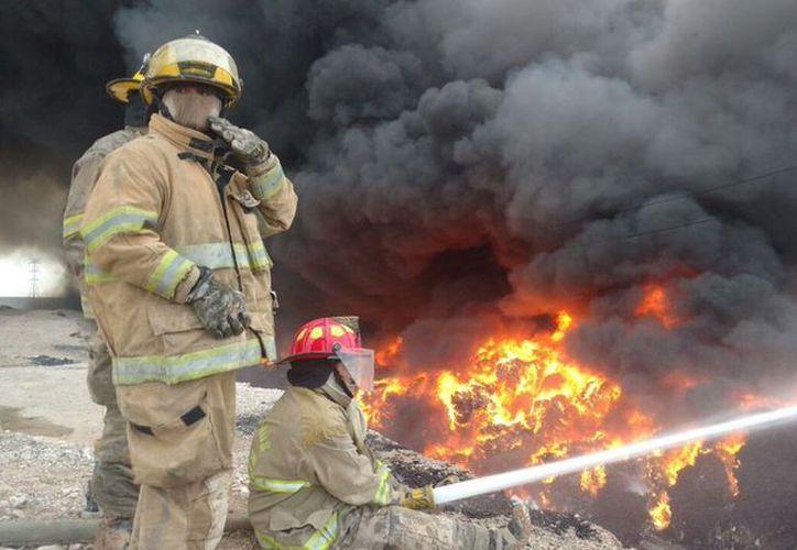 Los cuerpos de emergencia están atendiendo el incendio. (vanguardia.com)