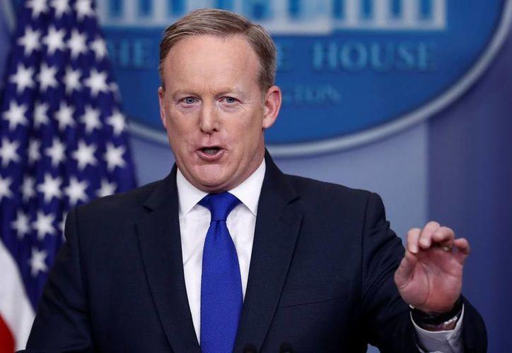 Sean Spicer anunció que los musulmanes que residen legalmente en Estados Unidos podrán regresar sin ningún permiso especial. (AP/Carolyn Kaster)