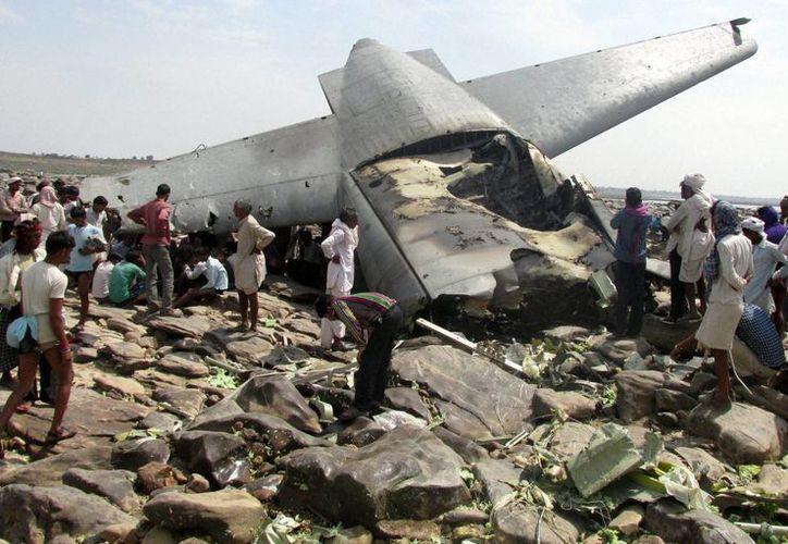 Ciudadanos de India revisan la zona donde cayó el avión militar de carga. Al parecer no hay sobrevivientes. (Agencias)