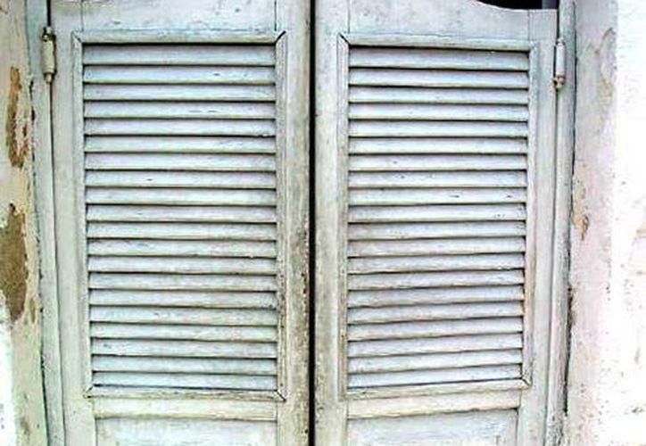 Este tipo de puertas son características en las cantinas tradicionales de Mérida. (Sergio Grosjean/SIPSE)