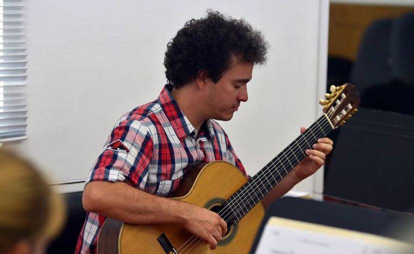 El guitarrista yucateco Cecilio Perera durante un ensayo de su presentación el día de hoy por la noche en el teatro Peón Contreras. (Milenio Novedades)
