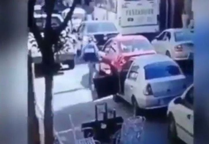 En redes sociales se compartió un video que muestra a un conductor que fue ejecutado en la ciudad de Puebla. (Foto: Captura de video)