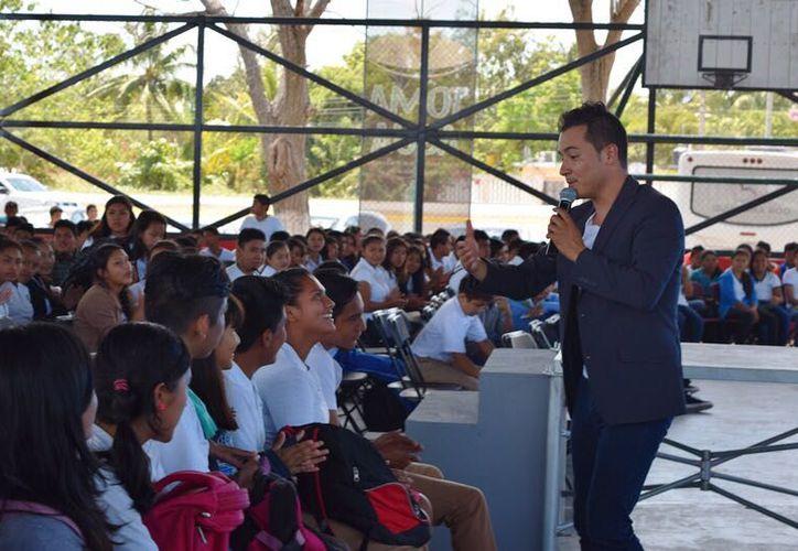 """En el Concierto-Conferencia """"Operación Felicidad"""" asitió el presidente municipal, Alexander Zetina Aguiluz y su esposa Elisa Gamboa."""