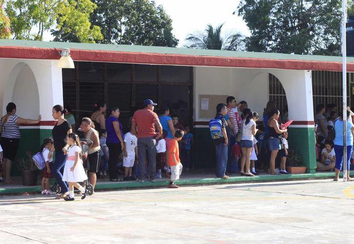 Los padres de familia deberán acudir para realizar el trámite de preinscripción en las escuelas de Quintana Roo. (Harold Alcocer/SIPSE)