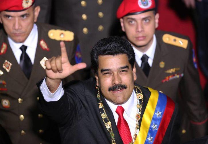 Maduro anunció que se organizará un debate nacional sobre una propuesta de aumentar los precios de la gasolina. (AP)