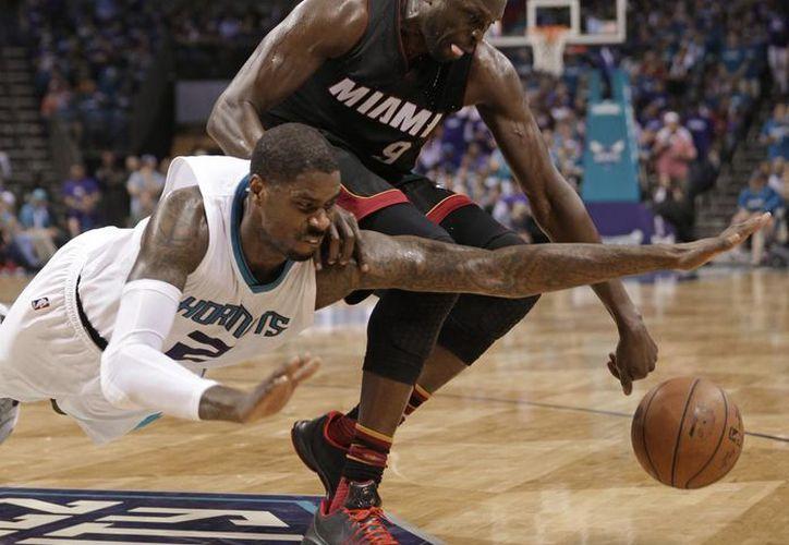 Marvin Williams (izq) fue líder en rebotes, con siete, en la victoria de los Hornets de Miami. (AP)