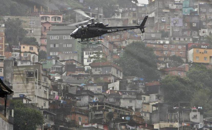 Patrullaje aéreo en el marco de un mega operativo en las favelas de Río de Janeiro. (EFE)