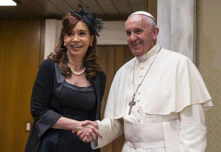 El  Papa Francisco saluda a la presidenta de Argentina, Cristina Fernández, a quien recibió en audiencia privada en el Vaticano, el domingo 7 de junio de 2015. (AP)