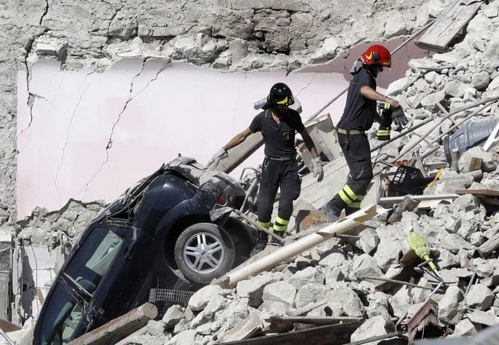Los equipos de rescate se abren camino a través de las casas destruidas tras el terremoto del miércoles en Pescara Del Tronto, Italia. (AP/Gregorio Borgia)
