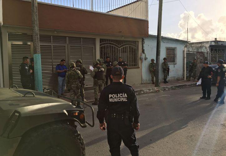 Policías de todos los niveles acudieron a la colonia Payo Obispo para realizar el operativo. (Redacción/SIPSE).