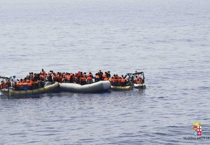 Imagen sin fecha proveída por la armada italiana muestra a inmigrantes siendo rescatados en el Mediterráneo. (Agencias)