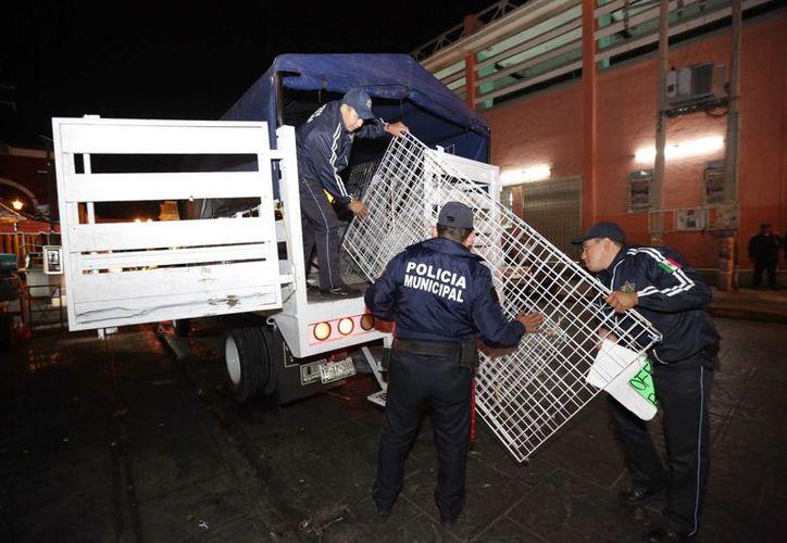 Policías municipales de Mérida retiran puestos de vendedores ambulantes en la zona centro de la capital yucateca. (SIPSE)