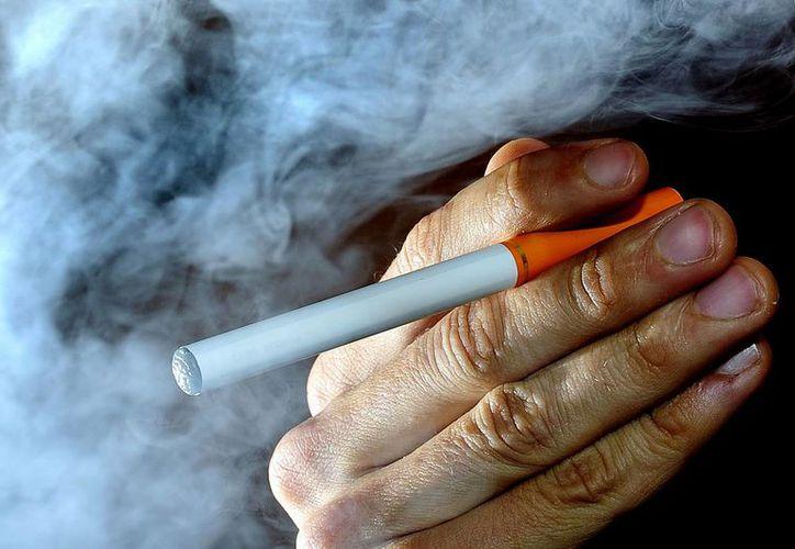 Los cigarrillos electrónicos son descritos frecuentemente como una alternativa menos nociva que los cigarrillos regulares entre quienes no pueden o no quieren dejar de fumar. (Agencias)