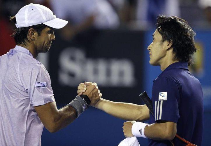 El tenista mexicano Santiago González no pudo ganar ni siquiera su primer partido de dobles en el Abierto de Australia. En la foto, Fernando Verdasco, de España, que sí ganó, en singles, recibe la felicitación de su rival, ek japonés Go Soeda. (Foto: AP)
