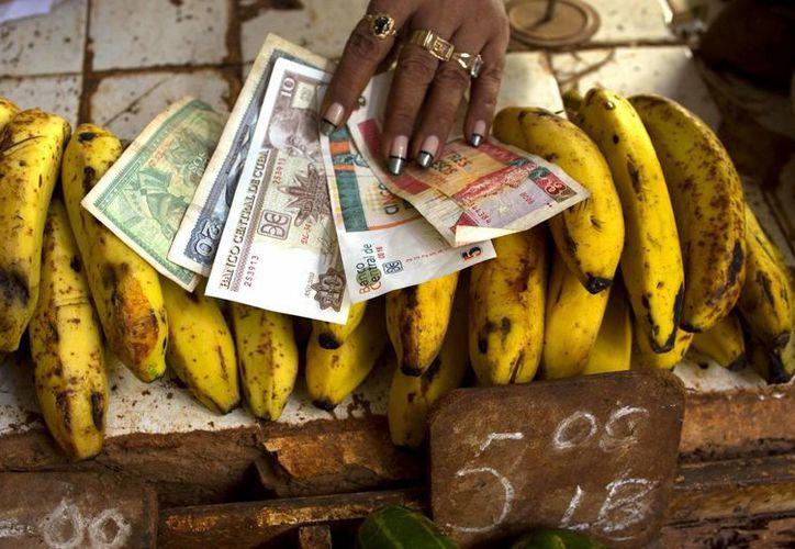 En Cuba circulan dos monedas al mismo tiempo desde 1994, luego de la caída de los aliados de la Unión Soviética. (AP)
