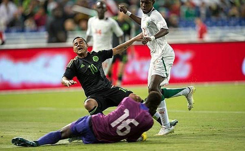 El jugador del León, Luis Montes, vivió momentos de tensión este miércoles luego de salir lesionado en el amistoso de la Selección Mexicana. Este accidente inmediatamente recordó la fractura que el jugador sufrió en 2014 con el Tri. (Archivo Mexsport)