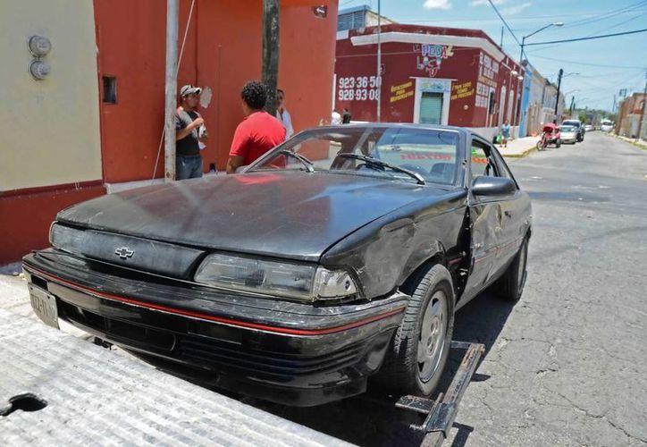 Un Cavalier que fue chocado en el centro de Mérida por un Attitude, tuvo que ser remolcado por la grúa. (Milenio Novedades)