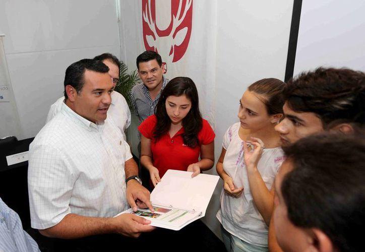 Renán Barrera Concha, presidente municipal de Mérida, recibe el proyecto de los estudiantes Valeria Ontiveros Palma, Emily Singley Snyder y Emiliano Cristan Valladares. (Cortesía)