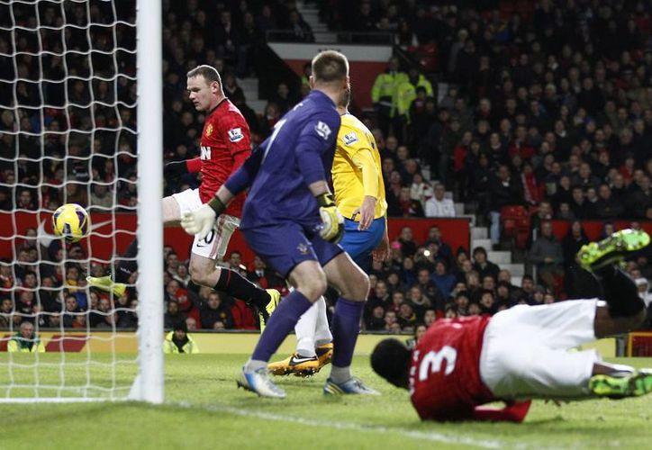 Rooney al momento de anotar su segundo gol del partido. El primero lo hizo de cabeza. (Agencias)