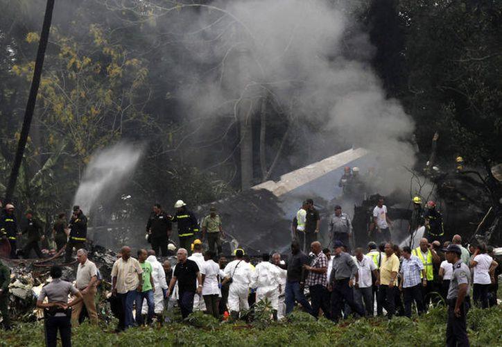 Algunos de los familiares de la tripulación y pasajeros del vuelo accidentado han llegado al lugar. (AP)