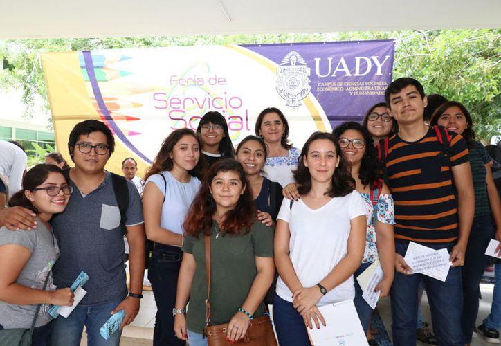 Alumnos en la Feria de Servicio Social. (Milenio Novedades)