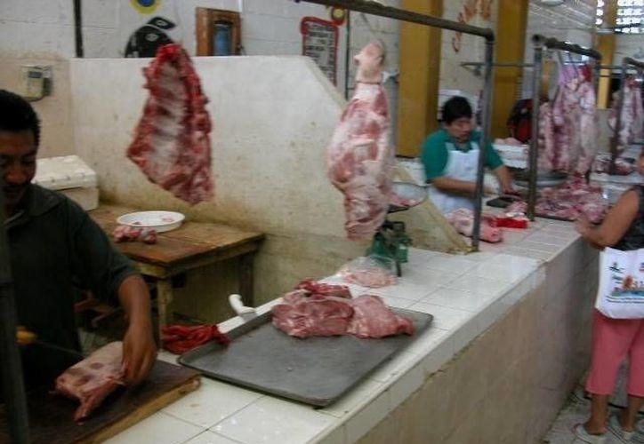 Las piezas de ganado están muy cotizadas y eso generó el alza, aseguran los tablajeros, lo cual no convence a los consumidores. (Manuel Salazar/SIPSE)