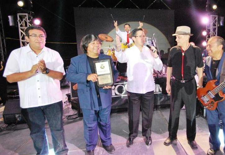 El alcalde y los integrantes del grupo musical ante el público asistente. (Cortesía/SIPSE)