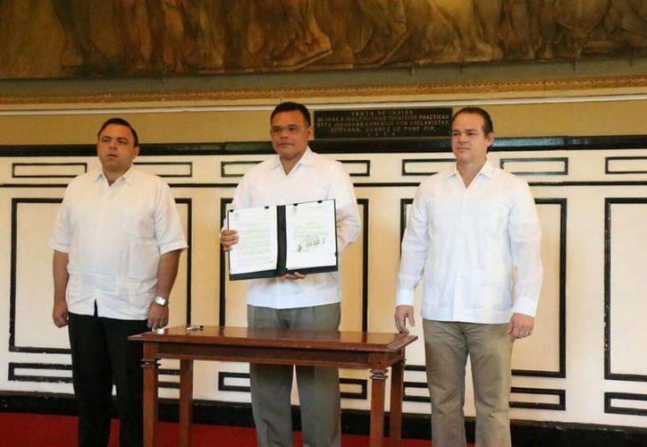 El gobernador, Rolando Zapata Bello, firmó la iniciativa legal para reformar la Constitución Política del Estado y eliminar el fuero a todos los funcionarios estatales, incluido el Jefe del Ejecutivo. (José Acosta/SIPSE)