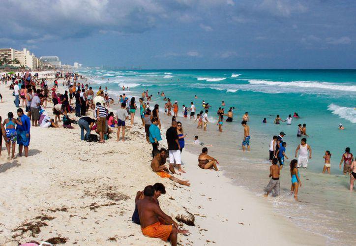 Exhortan a la población a colaborar para mantener limpias las playas durante la temporada vacacional. (MVS Noticias)