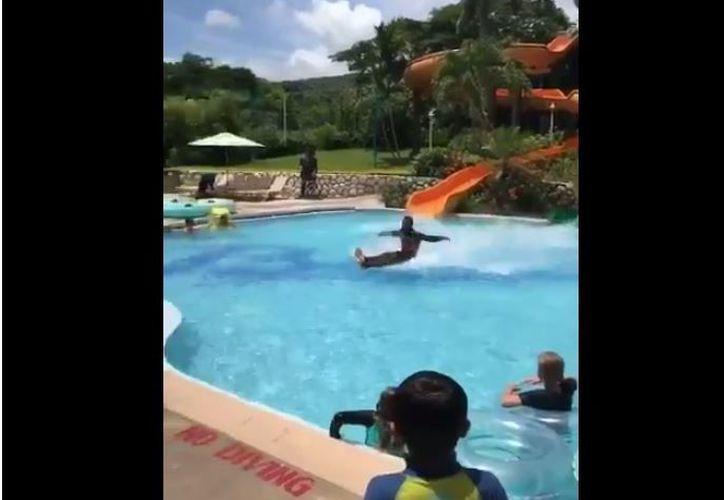 """Un joven logra deslizarse """"sentado"""" por la superficie del agua. (Foto: Internet)"""