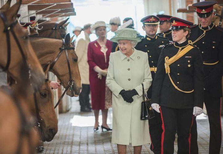 La reina Isabel II durante una visita al cuartel de la Artillería Real en Londres. (EFE)
