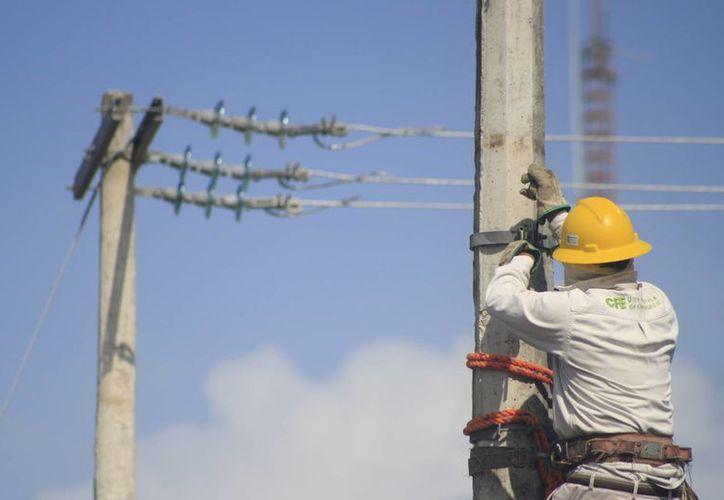 La cobertura eléctrica que tiene la CFE en el estado crecerá este año con el monto designado. (Harold Alcocer/SIPSE)