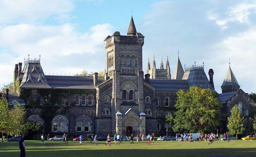 Existen requisitos especiales para estudiantes mexicanos que deseen cursar un programa escolarizado en Canadá. En la imagen, uno de los edificios de la Universidad de Toronto. (sowc.ca)