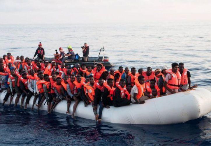 Miles de migrantes buscan llegar a Europa en endebles embarcaciones. (Internet)