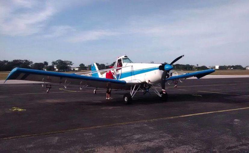 La aeronave vuelo muy bajo para poder rociar el insecticida. (Redacción/SIPSE)