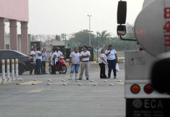 Los trabajadores se mostraron alarmados por el incendio en Plaza Canek, su centro de labores. (Cuauhtémoc Moreno/SIPSE)