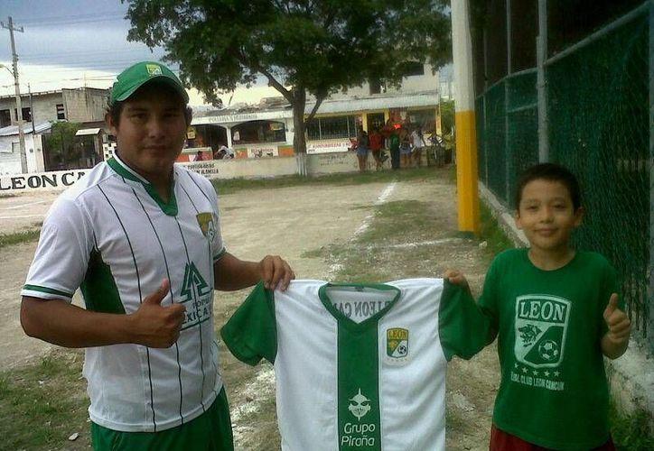 """El Club León en Cancún recibió los uniformes que los acreditan como """"esmeraldas"""". (Ángel Mazariego/SIPSE)"""