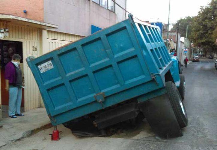 Reportes indican que esta mañana salió de Chalco y a dos calles de su destino cayó en el socavón. (Excelsior)