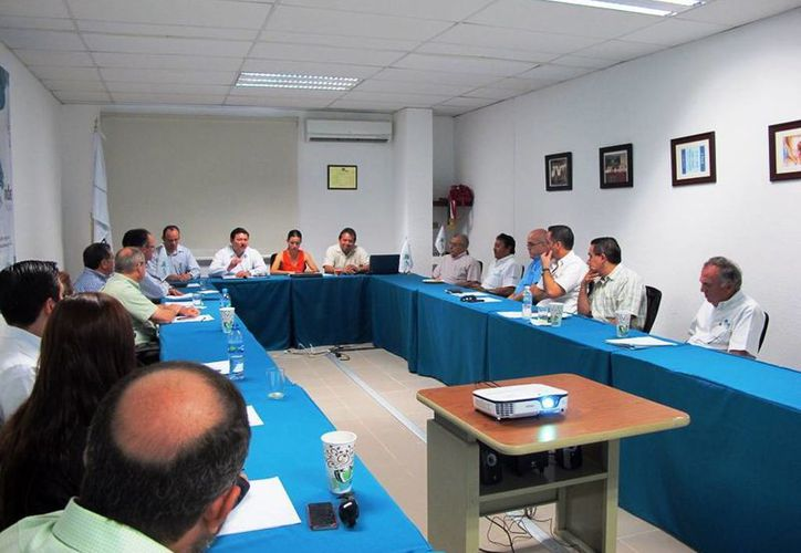 Aspecto de la reunión en la Asociación de Maquiladoras de Exportación de Yucatán. (Milenio Novedades)